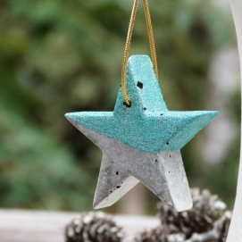 Mini hanging star in grey concrete with green glitter paste